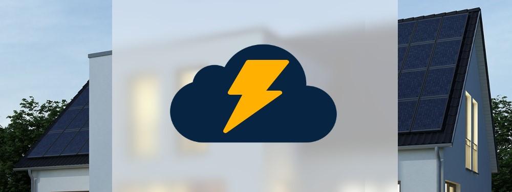 Strom Cloud Icon vor Haus mit PV-Anlage