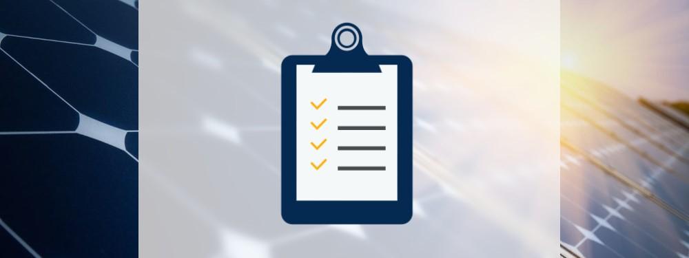 Checkliste Icon mit PV-Anlage im Hintergrund