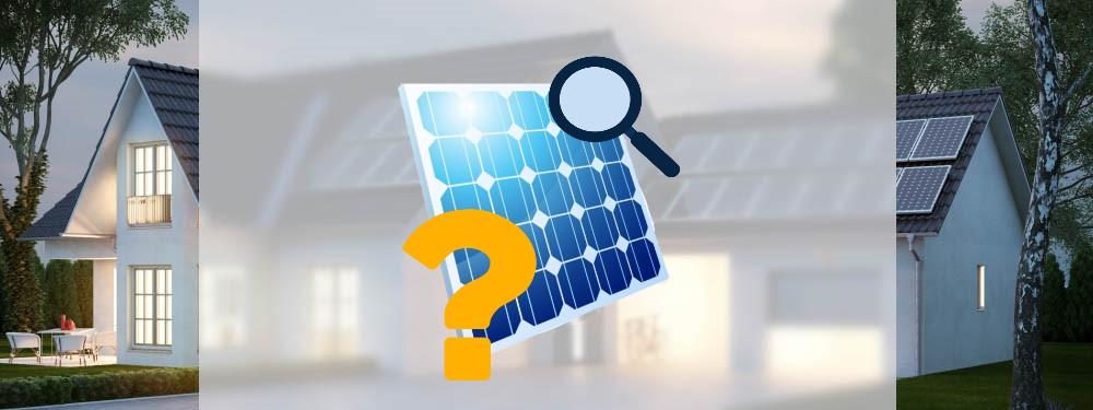 Ein PV-Modul mit Fragezeichen vor einem Haus mit Solaranlage
