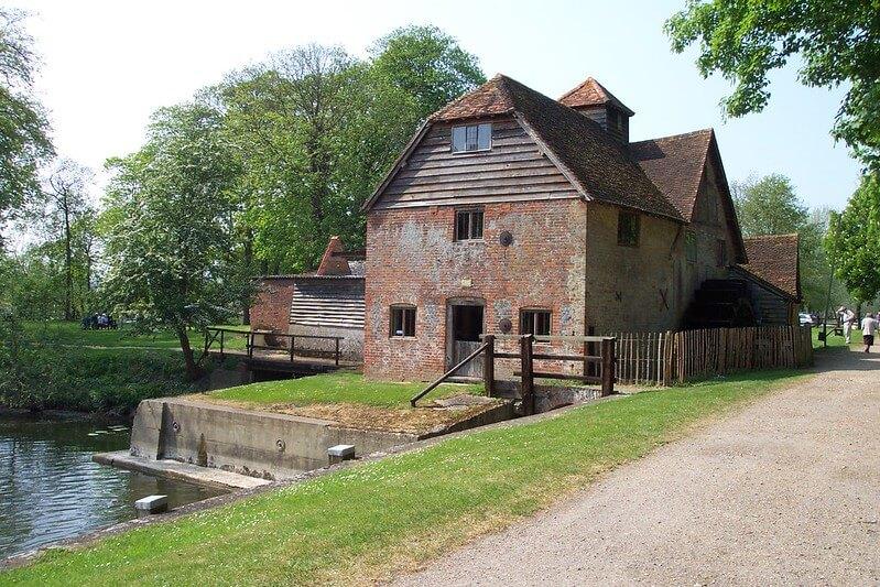 Mapleudurham Watermill, standing next to the lock