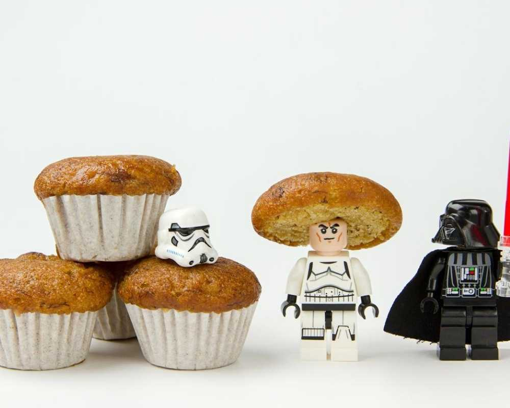 Stormtropper and Darth Vader cupcakes for the perfect Star Wars party.