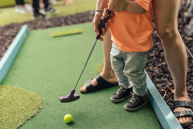 Mini-golf child