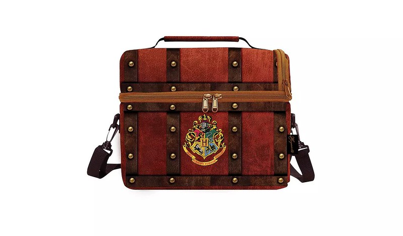 Lunchbox in the design of a Hogwarts trunk.