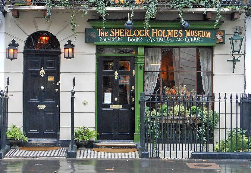 Outside the entrance to the Sherlock Holmes Museum.