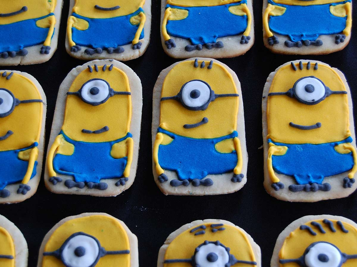 Rows of biscuits decorated in blue and yellow icing to look like minions.