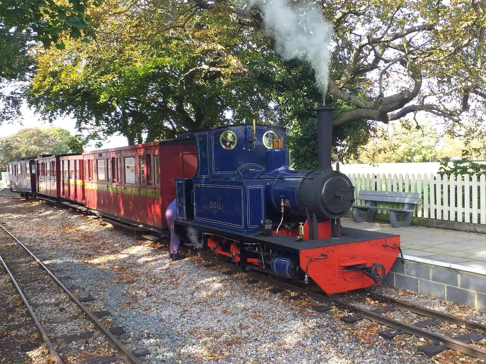 A full train being pulled on the Leighton Buzzard Railway.