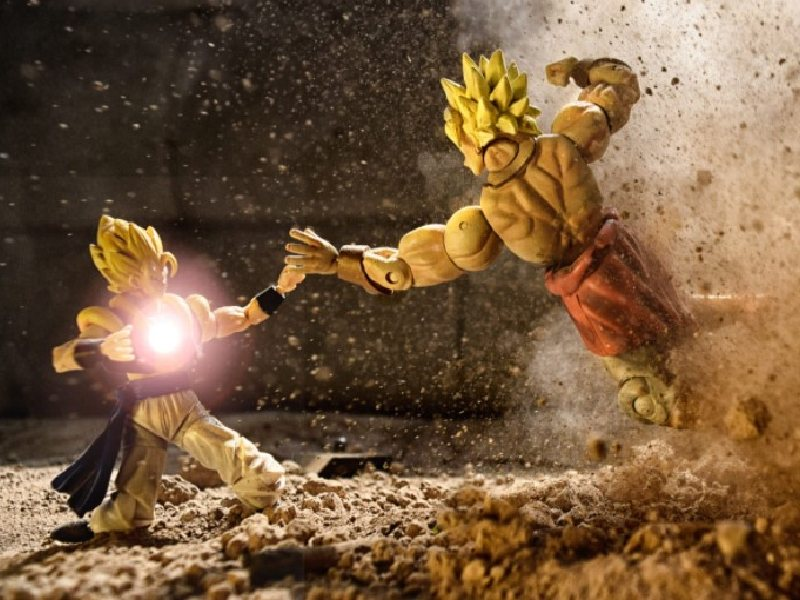 Dragon Ball characters fighting.