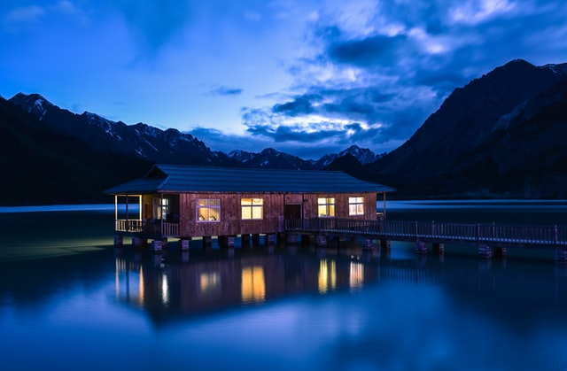 People will love your lake house even more if you opt for cute romantic lake house names.