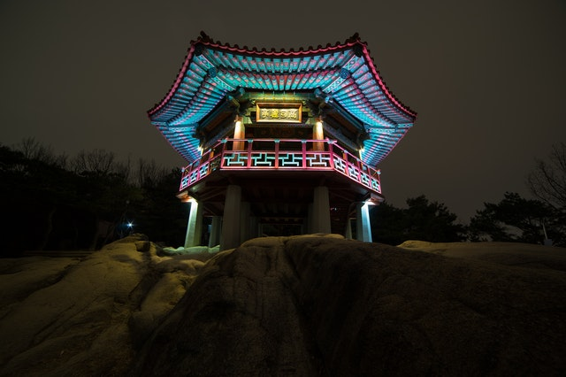 Traditional buildings in Korea are popular tourist attractions.