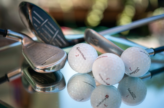 (Golf is one of the most popular modern games.)