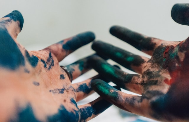 Tie-dye crafts are a lot of fun but they can also leave a lot of mess on your hands and fingers.