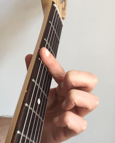 Apprendre à faire un accord barré à la guitare