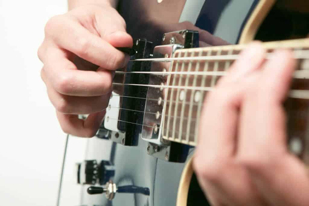 bien utiliser un mediator plectre de guitare