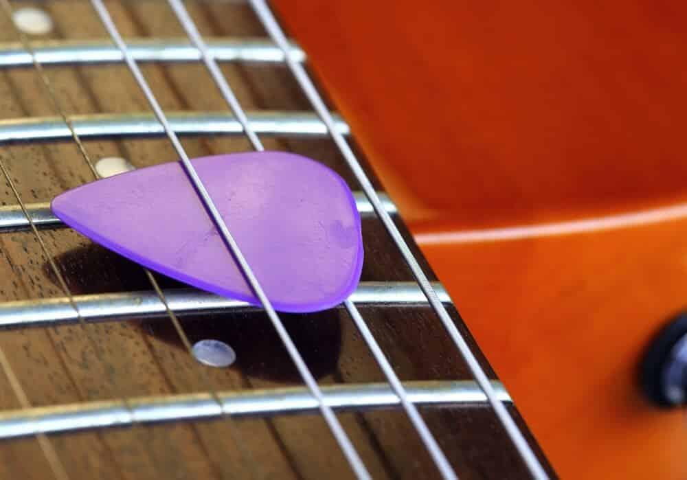 bien tenir un mediator guitare plectre guitare
