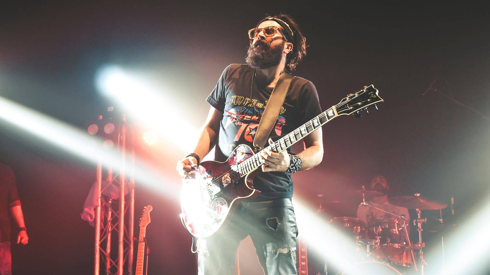 guitariste solo jouer en groupe