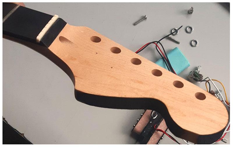 retouche peinture tête strato guitare en kit