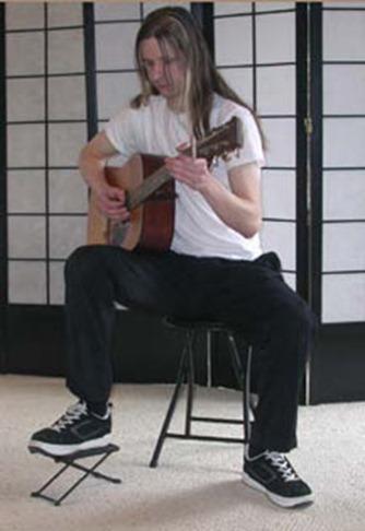 Guitare folk position décontractée