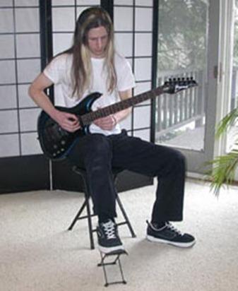 Guitare électrique position décontractée