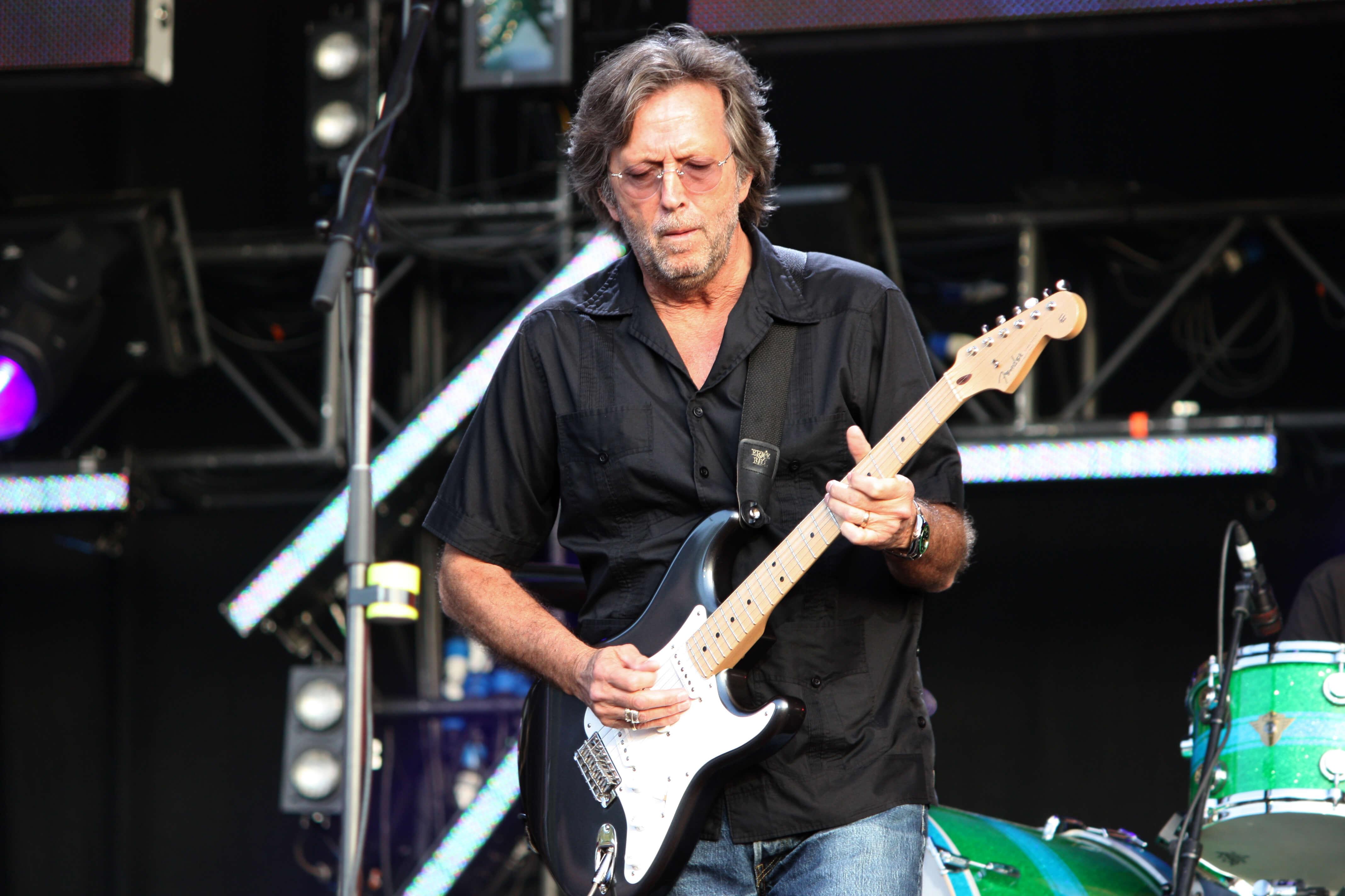 Eric Clapton tient sa guitare en position normale