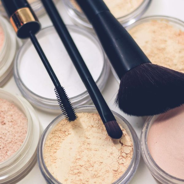 Makeup brushes on light complexion face powders, representing the face cosmetics category for Unioncrate's CPG Year In Review