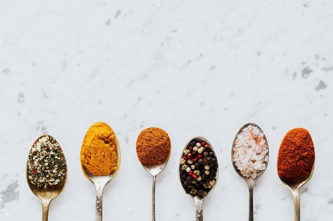 Row of six spoons holding various spices [Unioncrate]
