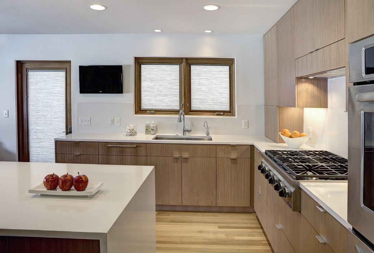 pairing quartz countertop with oak cabinets