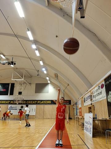 Steph Curry er helten. Ludvig Lillehaug Agdal har hatt en kjempeutvikling siden han startet med basketball for noen måneder siden.