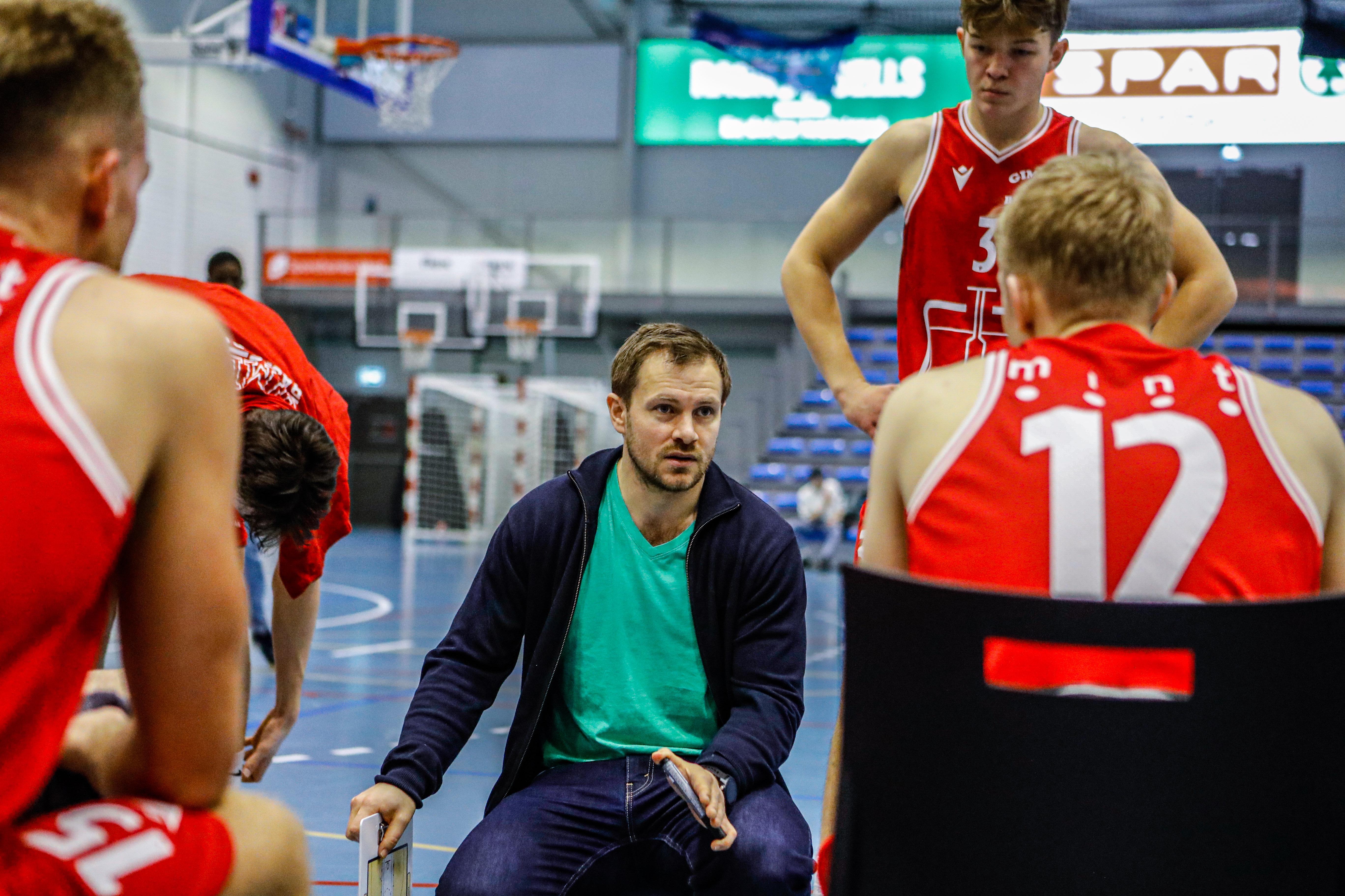Audun Eskeland maner troppene den siste spilte kampen. Nå håper Gimle at sluttspillet kan gjennomføres. Foto: Nicholas Noreng