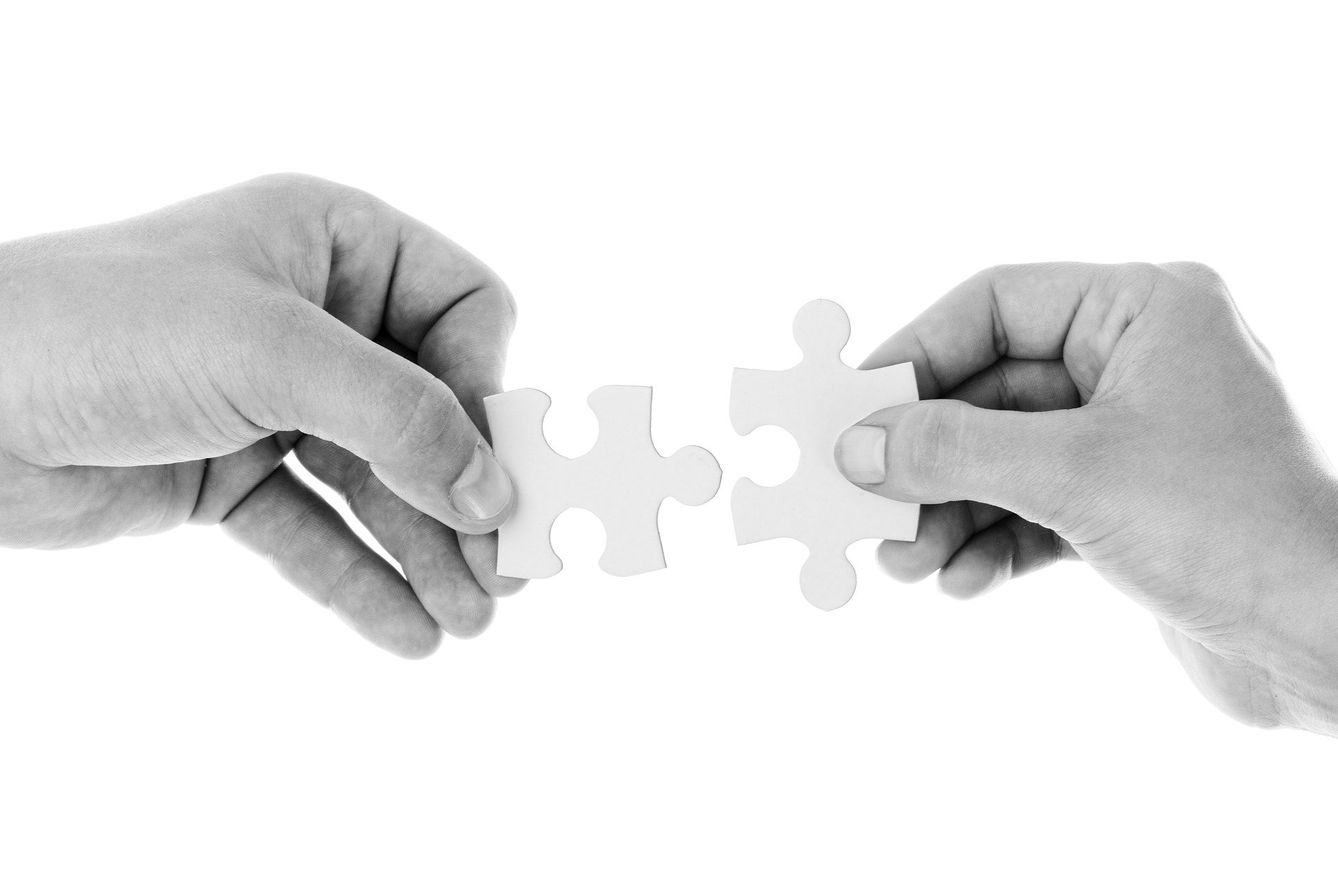 two hands holding two puzzle pieces to visualize a good connection