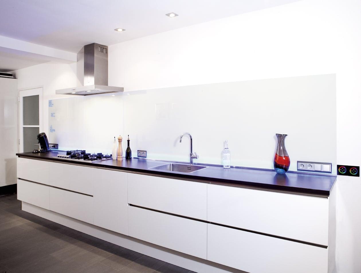 Strakke witte keukenwand van wit glas