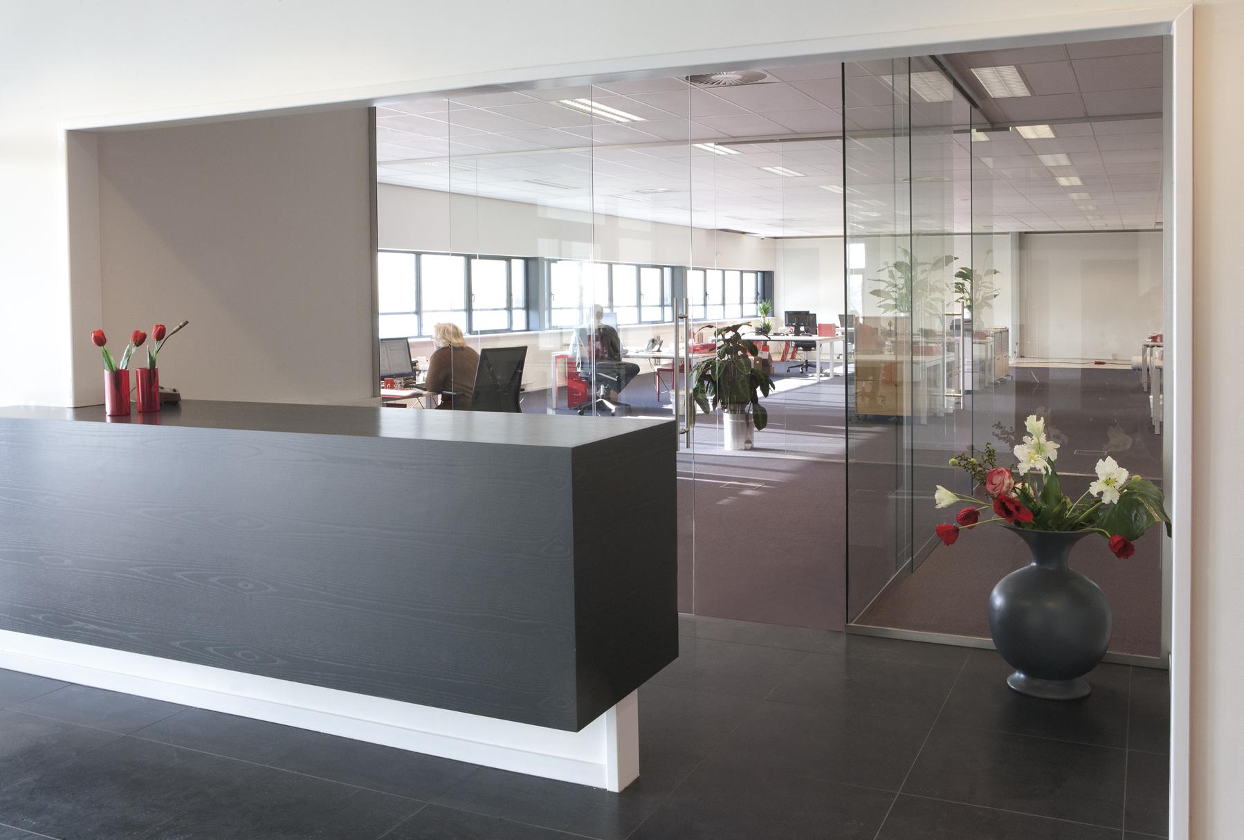 Glazenschuifdeur op kantoor