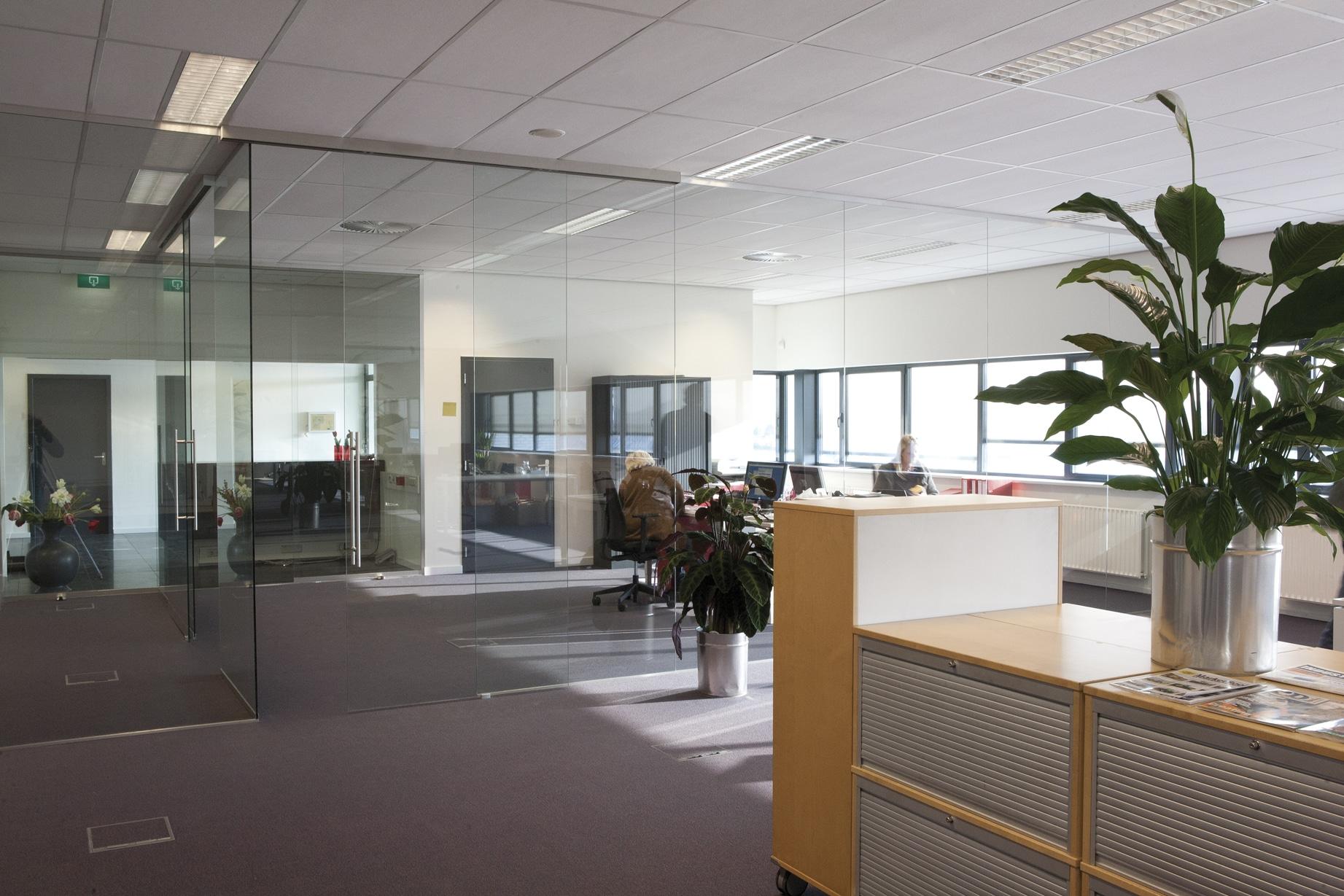 Tussenwand van glas in kantoor