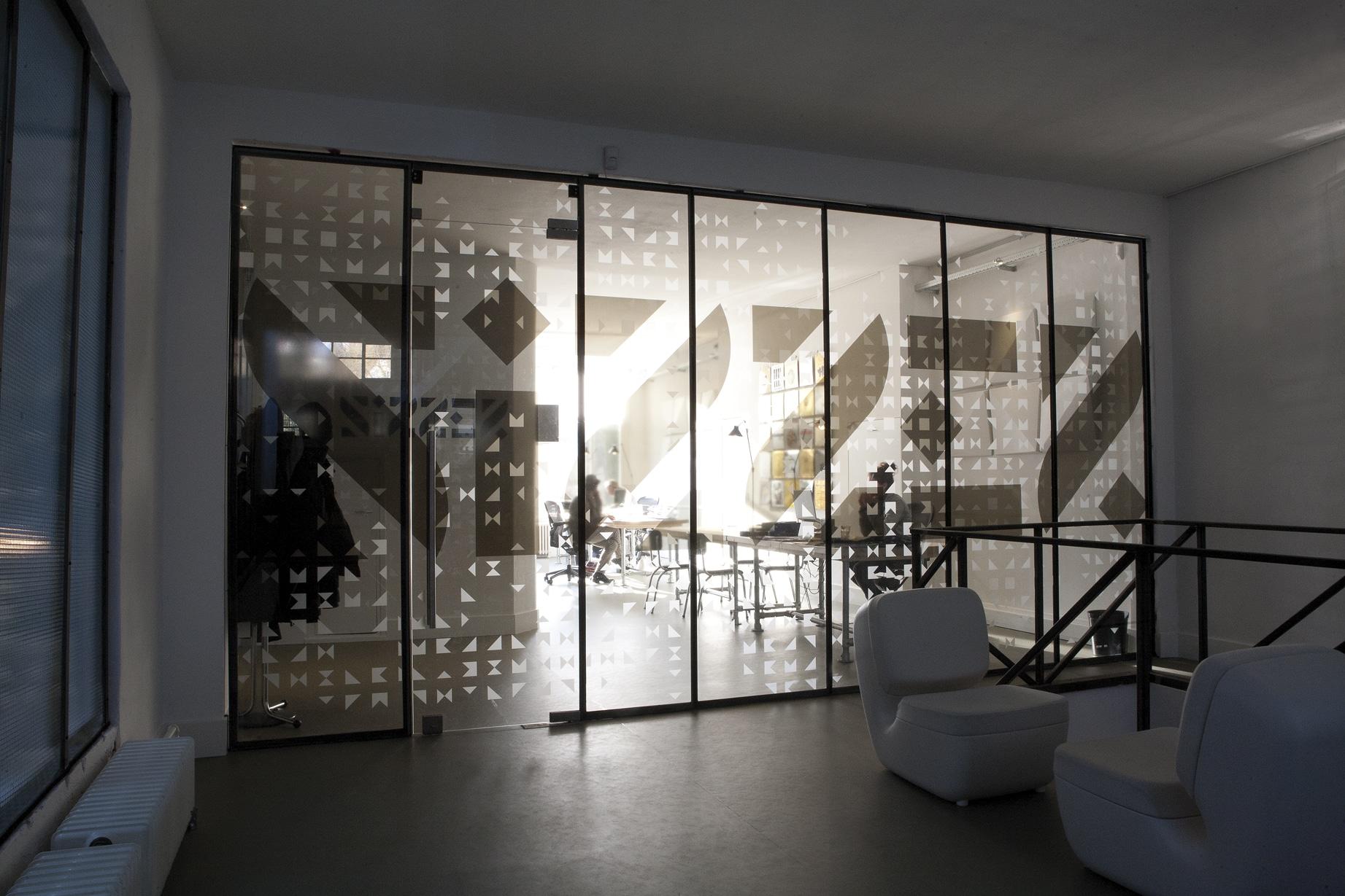 Glazen deur op maat in glazen wand