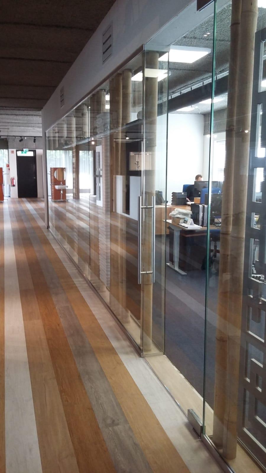 Glazen wand in kantoor