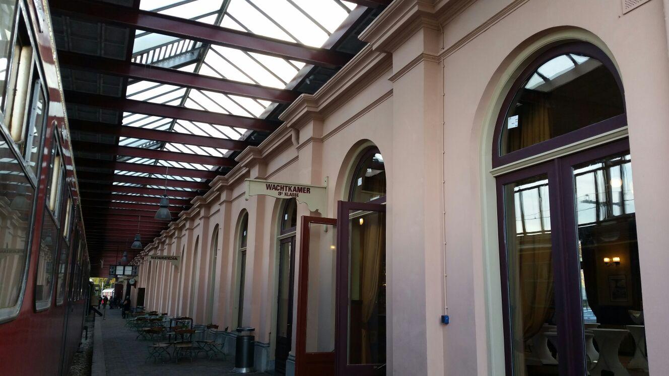 Nieuw isolatieglas geplaatst wachtkamer oud station