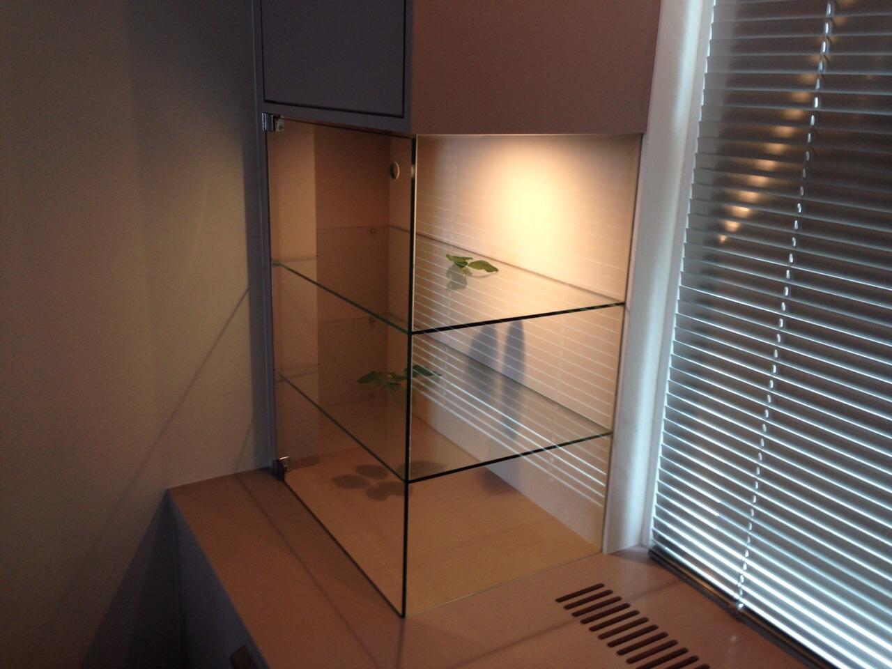 Glazen meubel verlijmd