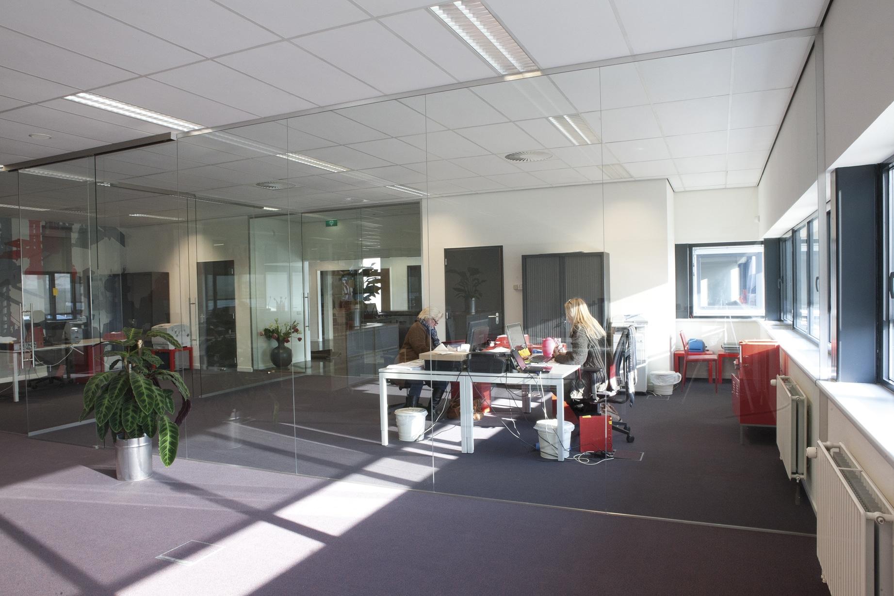Scheidingswand in kantoor van glas