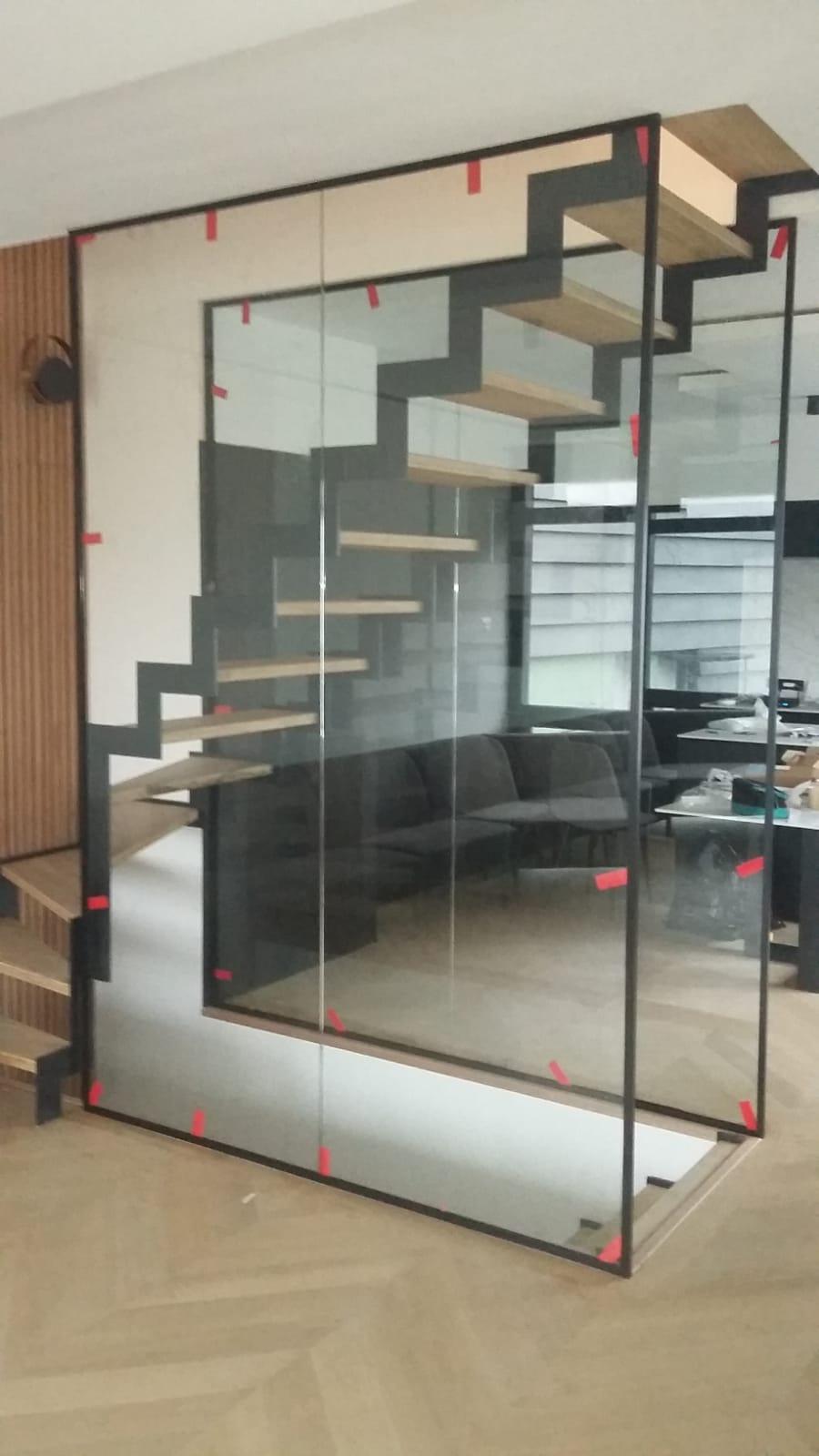 Glazen afscheiding bij trap