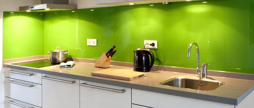 Glazen achterwand in keuken groen