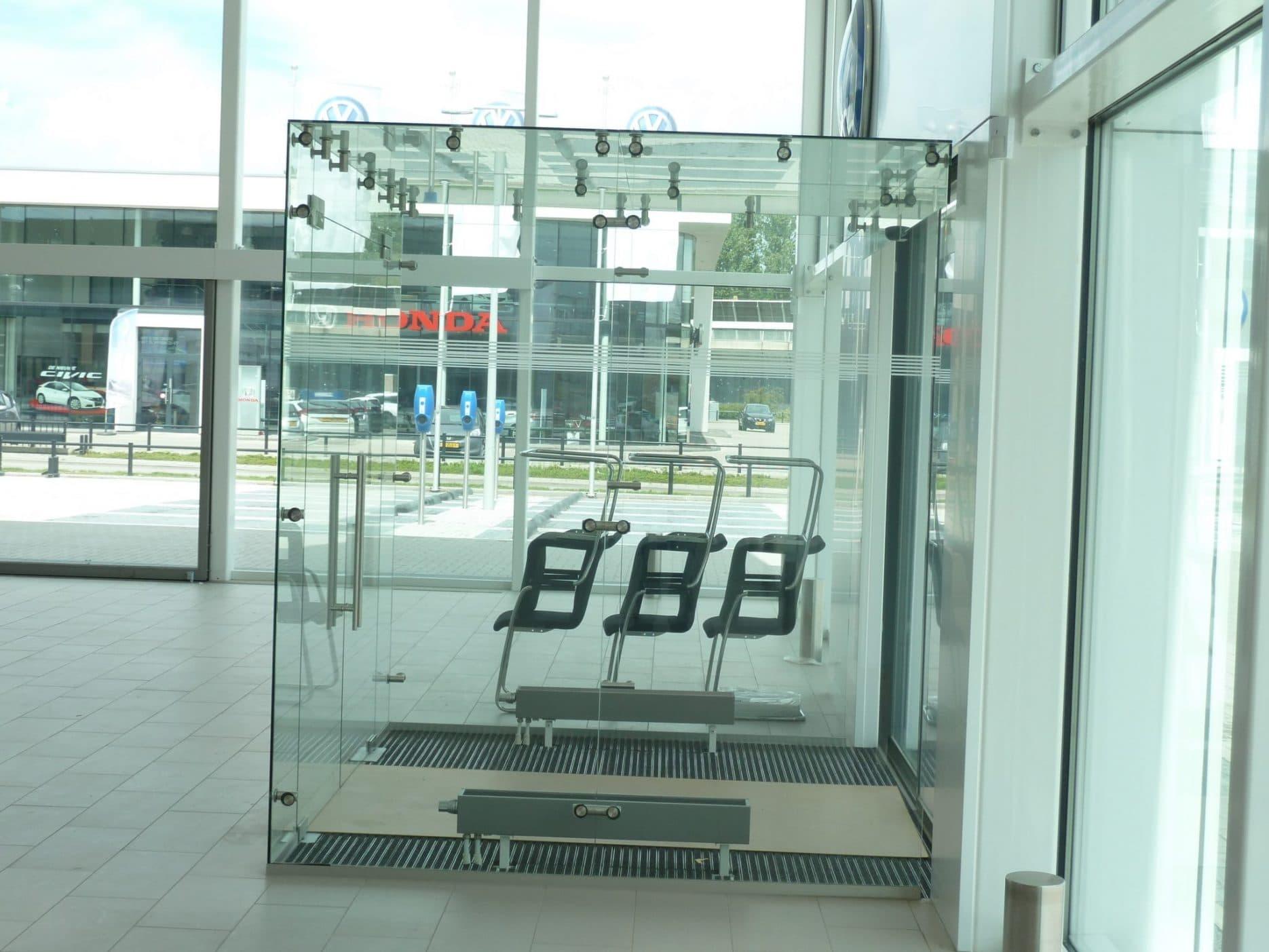 Tochtportaal van glas volledig op maat gemaakt