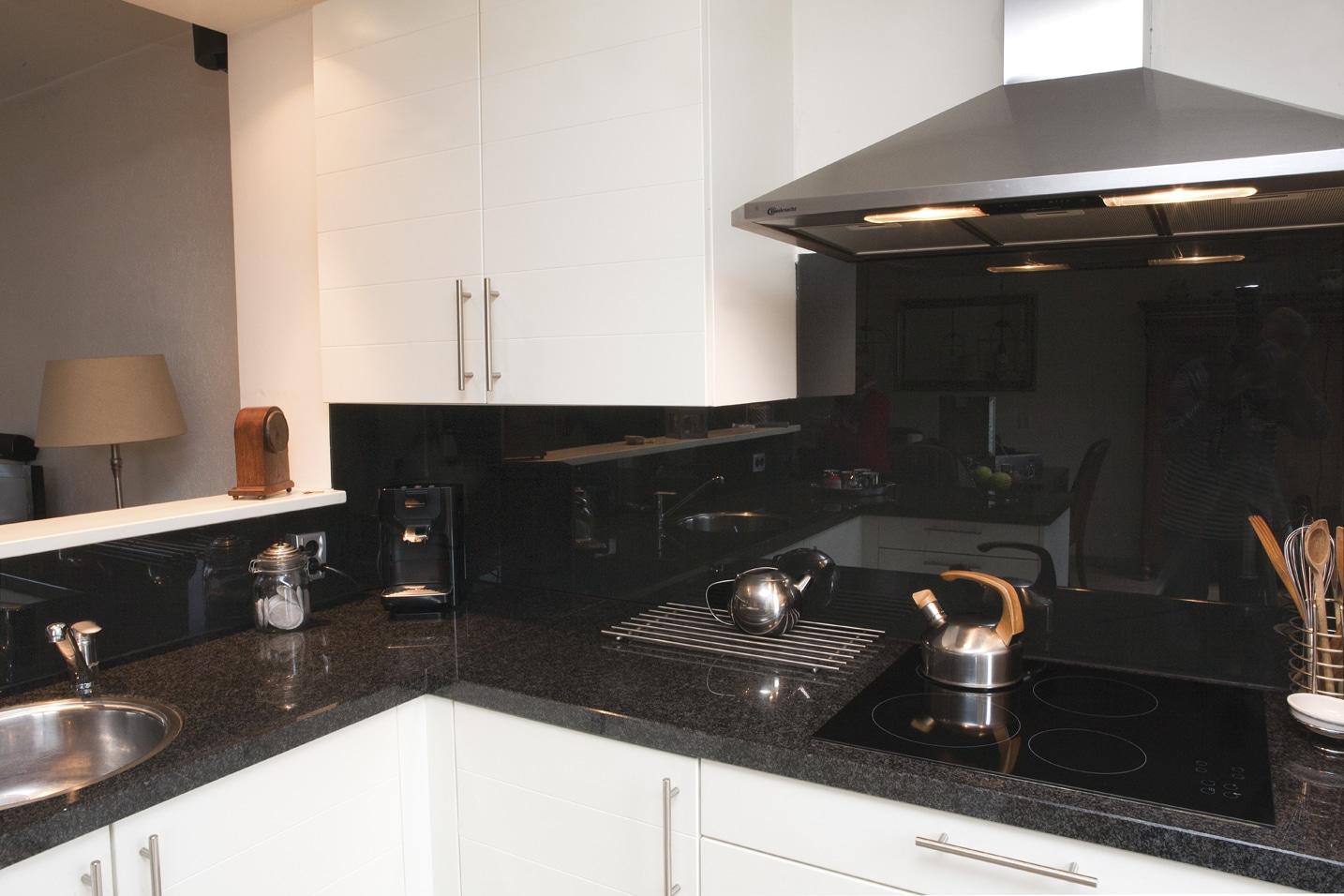 Keuken achterwand amsterdam zwart glas