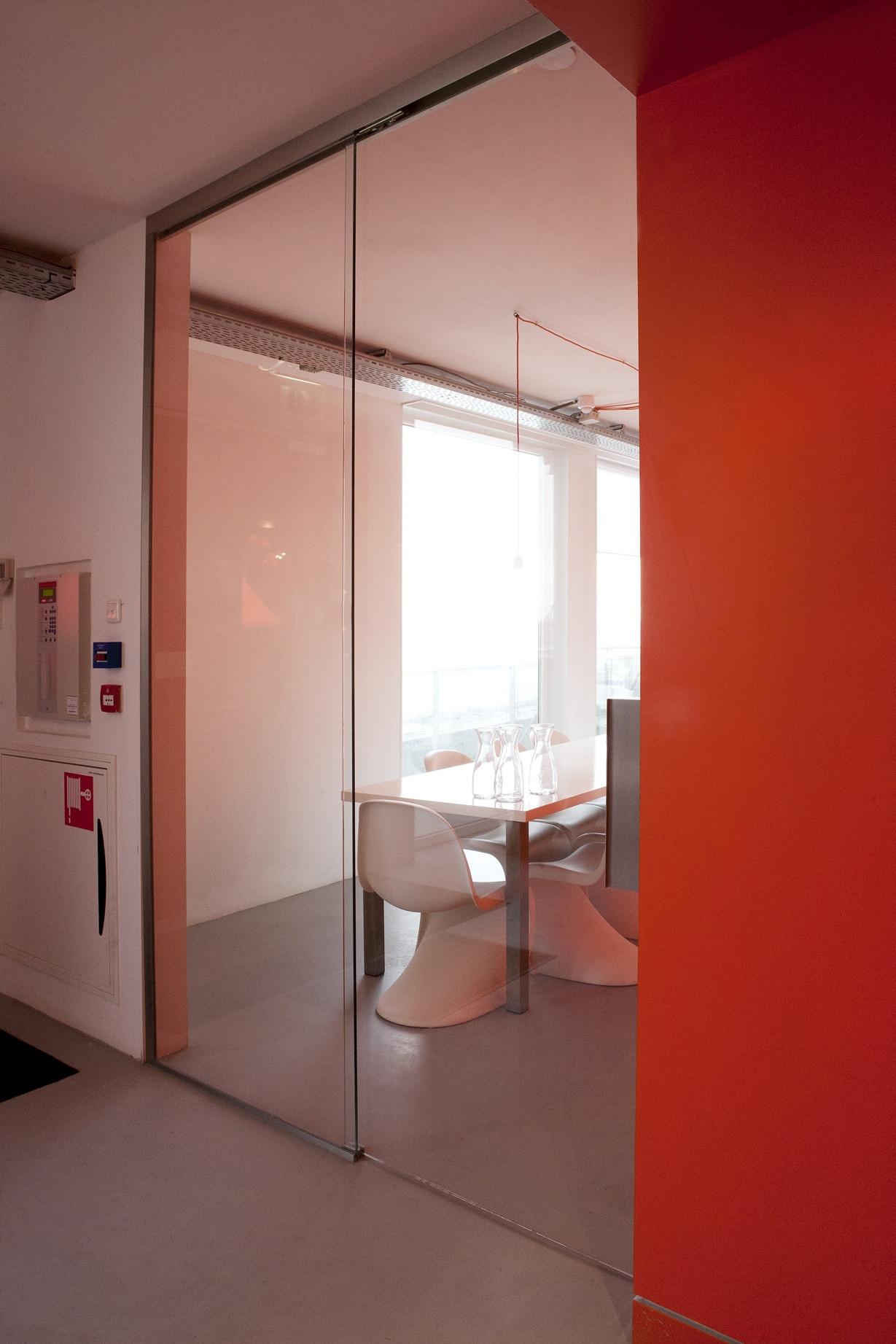 Schuifdeur van glas op kantoor