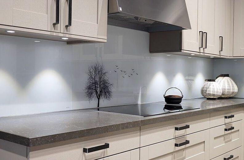 Keukenachterwand zwart-wit met boom en vogels