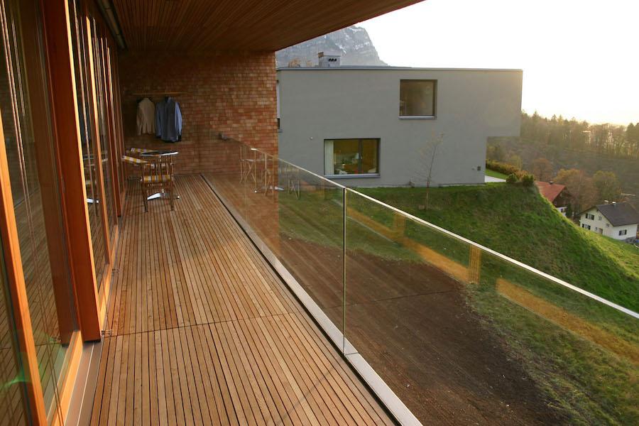 Het monteren van een glazen balustrade door het verzinken in de vloer
