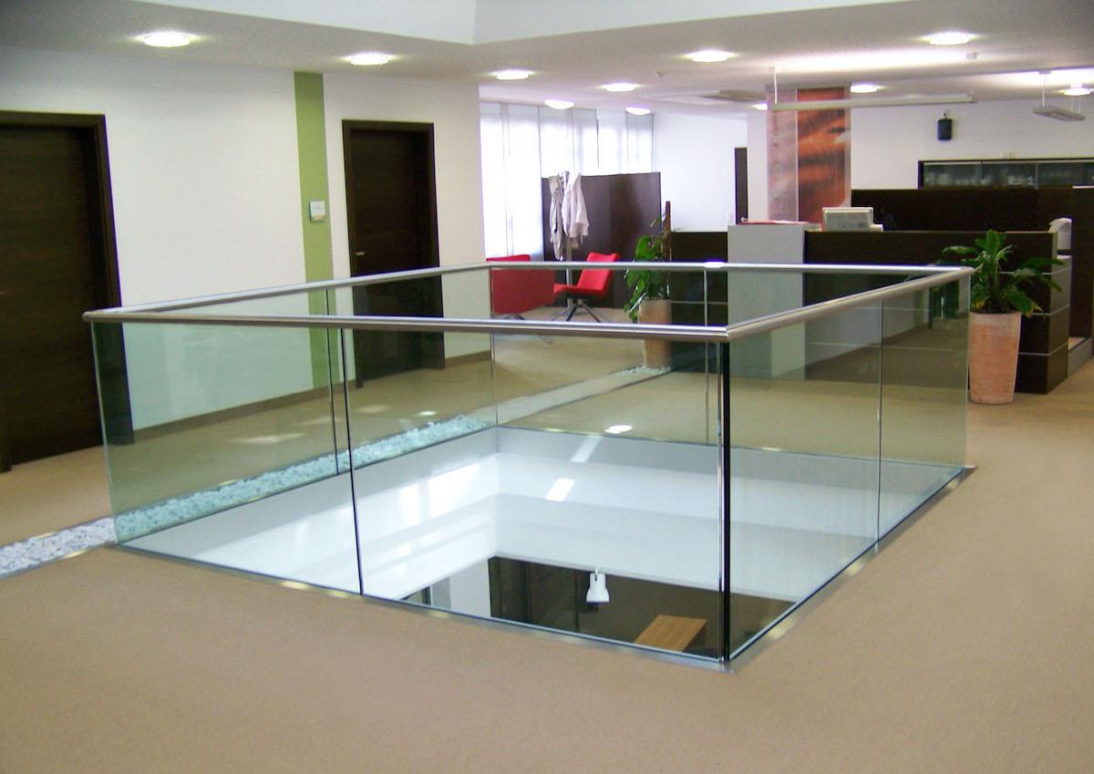 Voorbeeld van een glazen balustrade afgewerkt met een u-profielbuis