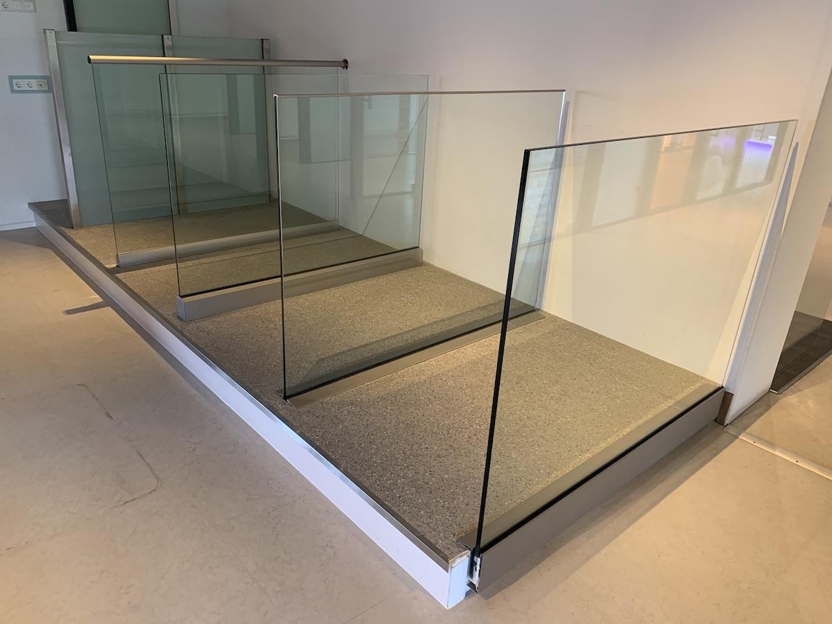 Glazen balustrade voorbeelden in showroom