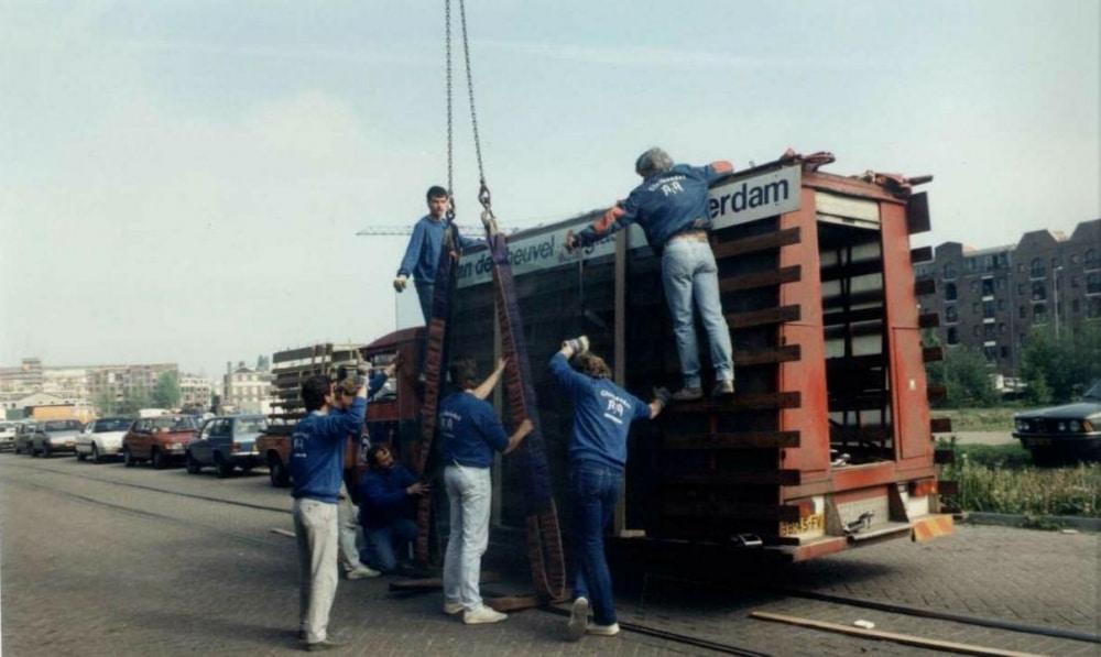 Oude foto van AA Glas bus en werknemers