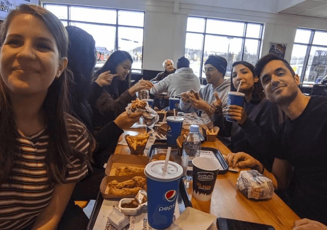 Photo de l'équipe de Mistplay en train de déjeuner dans un fast-food
