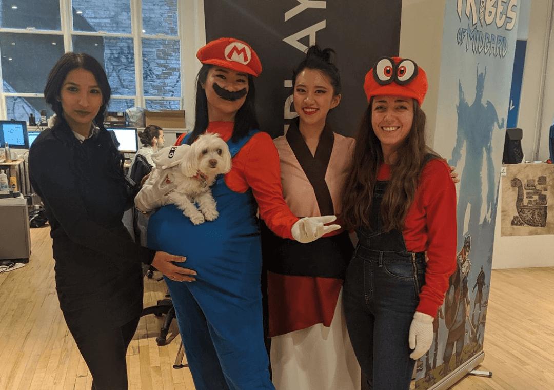 Quatre dames de l'équipe de Mistplay habillées en divers personnages de la culture populaire