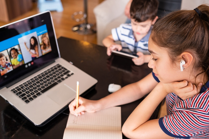 students virtual learning from home